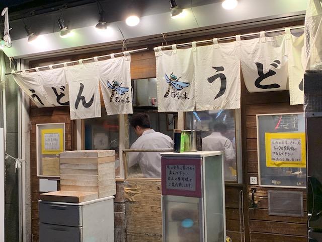 久々に五反田の立ち食いうどん屋「おにやんま」に行ってきました。お客さんの行列が出来るお店には、美味しいだけではない他の理由もあります。
