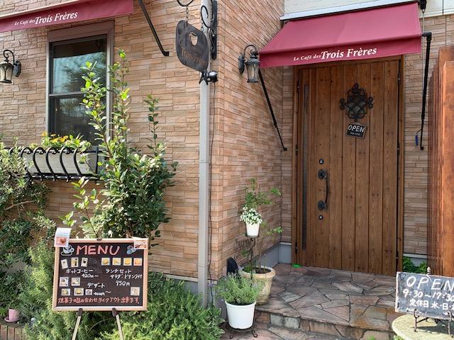 素敵な雰囲気のカフェで美味しい食事と飲み物を頂くなら「ル・カフェ・デ・トロワフレール」です。心が満たされた気分になります。
