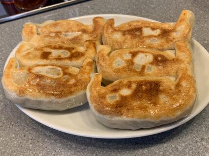 神保町で餃子を食べるなら、「天鴻餃子房」がおすすめです。具がぎっしり詰まって美味しい黒豚餃子はリピート必至の味でした
